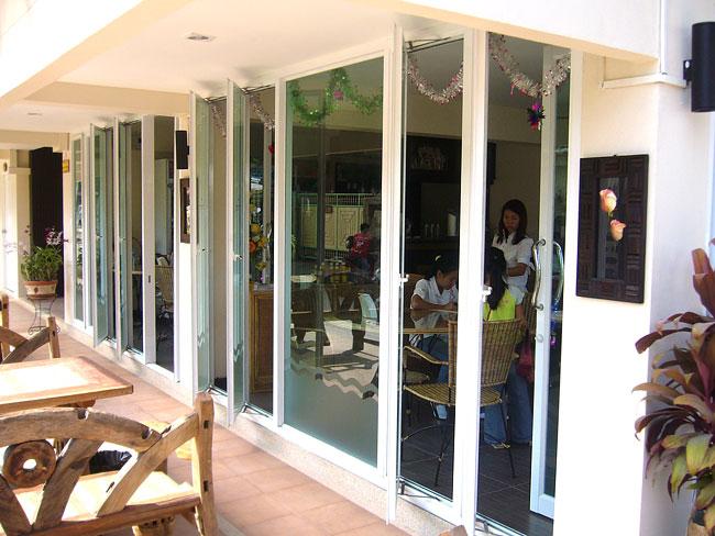 หน้าต่างอลูมิเนียมติดกระจกบานเปิดด้านข้างร้าน
