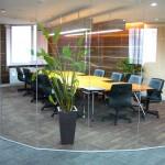 ห้องประชุมกั้นห้องกระจกเป็นแนวโค้ง