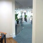 ห้องประชุมกั้นห้องกระจกเป็นแนวโค้งในมุมทางเดิน