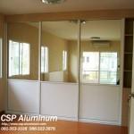 ประตูบานเลื่อน สำหรับหน้าบานตู้เสื้อผ้า ด้านบนเป็นกระจกเงา ตอนล่างเป็นบานทึบ